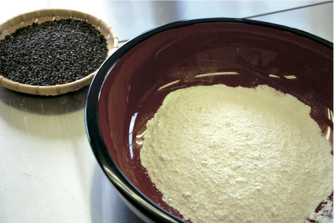 挽きたて -挽いたばかりのそば粉は強い香りがします