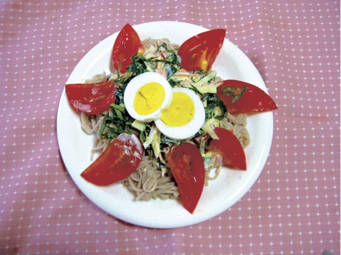 サラダそば -半分食べたら、そばつゆをかけてみると味が変わって2度美味しいです。