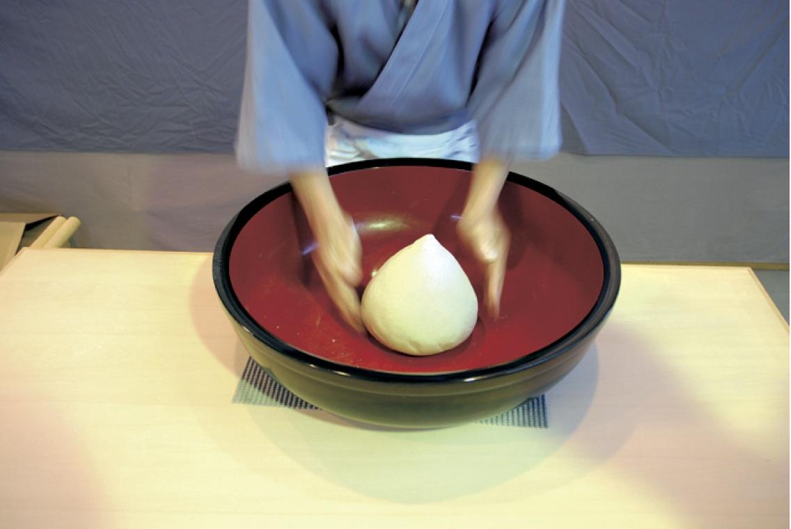 (6)へそ出し -練り上がった塊を円錐状に仕上げる。