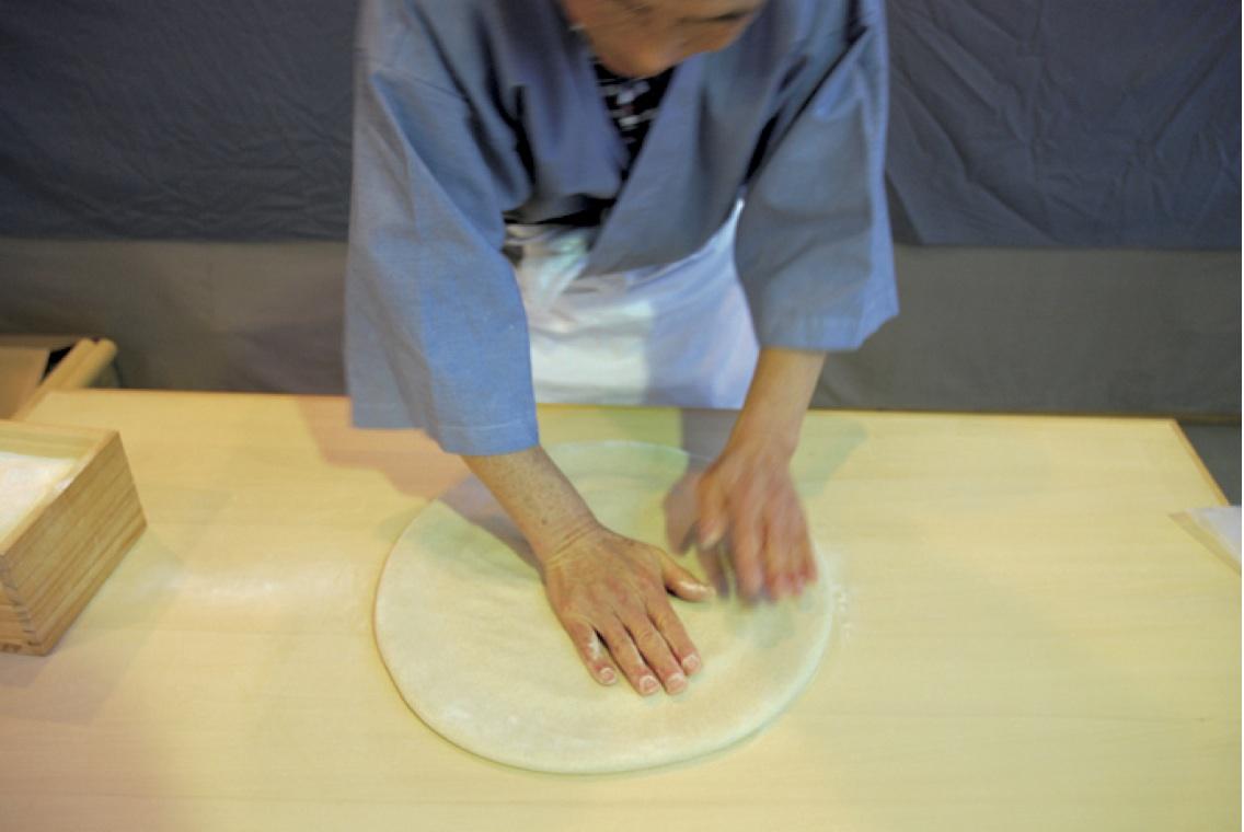 (7)地のし -両手を重ねて1cmぐらいの厚みになるまで押さえて円形に延ばす。