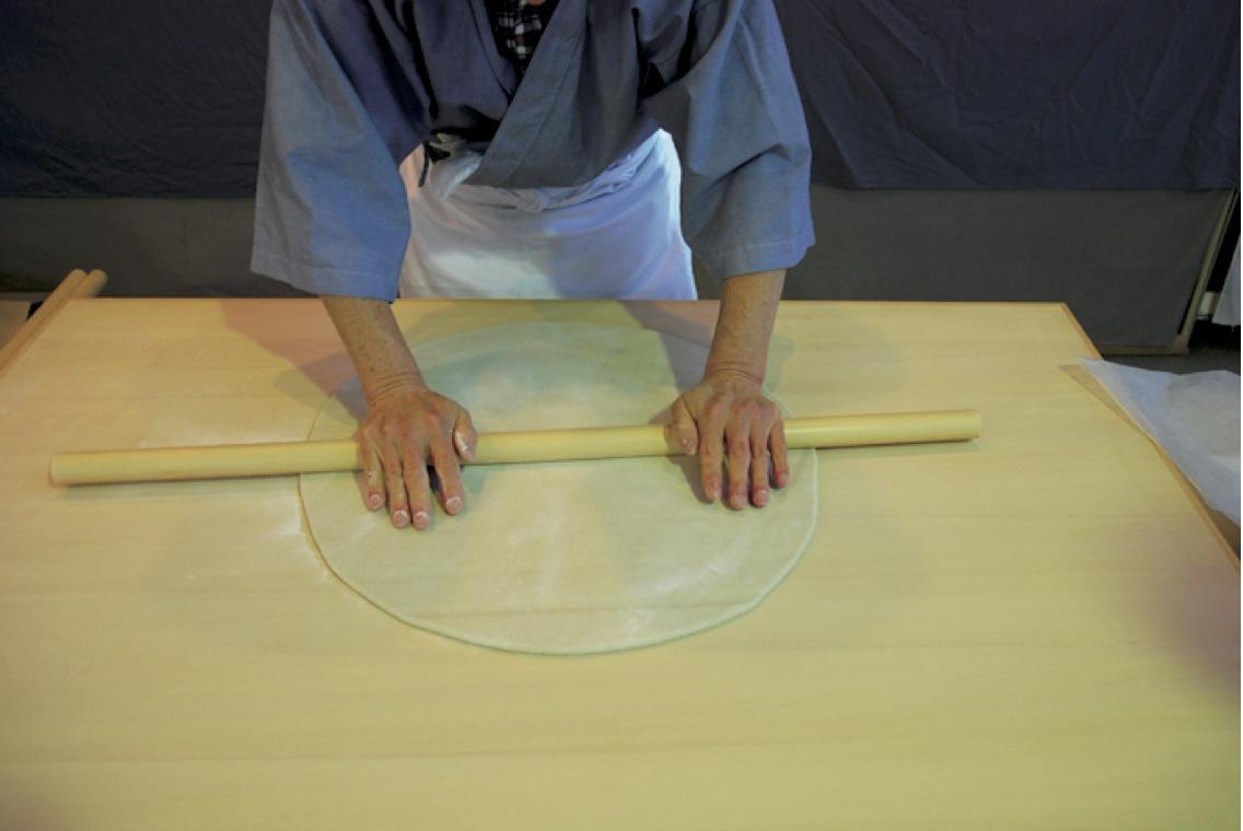 (8)丸出し -綿棒を転がして5mmぐらいの厚さの円形に延ばす。