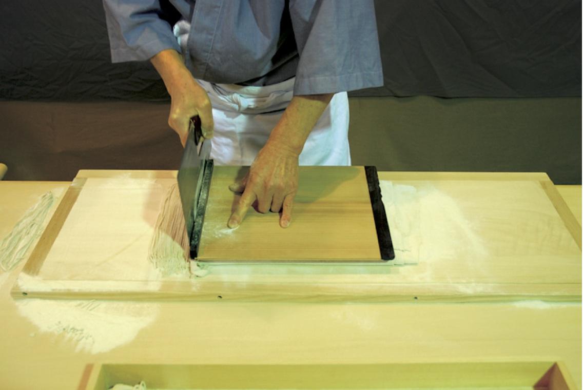 (13)切り -たたんだ麺帯を約1.5mmに揃えて切る。
