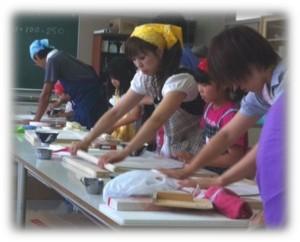 手打ちそばに取り組む参加者たち(2011年8月6日)
