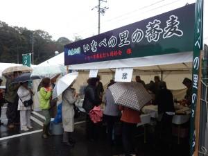 第5回いなべの里新そば祭り お店に並ぶお客様たち (2014年11月9日)